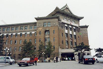 長春(新京)は旧・関東軍参謀本部のあった所で文字通り満州国の新しい都だった。日本の植民地支配はもちろん否定されなければならないのですが、現在も残る当時の建物はその時代のトップレベルのもの。日本にはその当時の建物は少なく貴重な存在です。<br />また吉林は元・吉林省の省都だったところ。松花江が市の中心部を流れ周囲を小高い丘に囲まれた落ち着いた街。<br /><br />(写真は旧関東軍軍政部・治安部)
