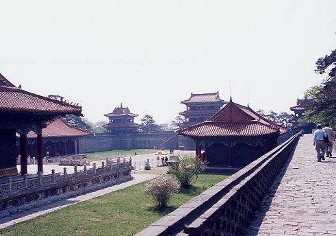 清王朝を打ち立てた女真族の故郷(後金国)であり、かつて日本が満州国の重要都市として整備した瀋陽(奉天)。後金の初代皇帝ヌルハチと二代皇帝太宗(ホンタイジ)の陵墓がある事で知られ、後金の時代、北京の故宮を模した瀋陽故宮もある。<br />また満州時代に軍閥の重鎮・張作霖が爆殺された現地もここにあり、訪れる事が出来た。