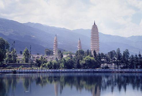 標高2000mを超える大理と麗江。夏でも涼しい。<br />大理はペー族、麗江はナシ族が多く住んでいる。大理には美しい三塔寺などがあり、それぞれ4000、5000m級の山容が望める。