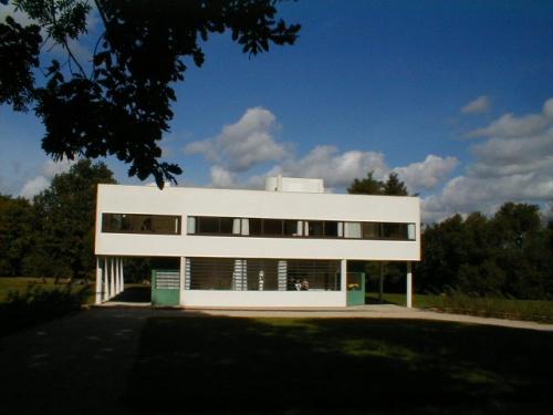 ル・コルビュジェはスイス生まれの建築家であるが、その創作活動は幅広く、都市計画、建築、絵画、彫刻、著作、雑誌の編集と多岐にわたって才能を発揮しています。また、数多くの住宅を設計しています。彼にとって住宅は原点であり、78歳の生涯の間創作活動は続けられました。