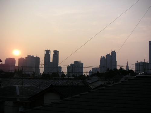 休日になると都内を自転車で走っています。中野区南端の街に住んでいて、そこは渋谷区、新宿区、杉並区、世田谷区の区界に近く便利な場所です。東京の街並みや建築、各種イベント、レストランなど、サイクリングしながら見つけた街の風景を紹介したいと思います。写真は部屋の窓から撮影した西新宿の夜明けの景色です。