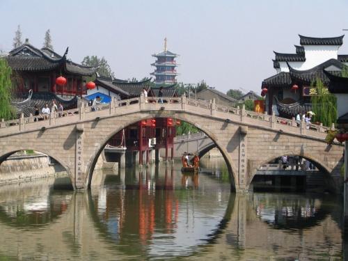 まずは、七宝古鎮から。<br />上海市内から一番近い古鎮です。<br />規模は小さいものの古鎮の雰囲気は味わえます。<br />HISなんかのツアーでも来るみたいです。<br />上海は2回目ですし、ちょっと違うところを見たい、<br />でも時間があまりない、ということで行ってみました。<br /><br />こんなとこに地下鉄を使っていく観光客がいるのかは<br />わかりませんが。一応行き方から。<br /><br />地鉄1号線で外環路駅へ。そこからタクシーで15分ぐらい。<br />15元ぐらいでした。<br />三輪車に乗ればただでも入れるようですが、今回は10元の<br />入場料を払って入りました。<br /><br />北大街を歩くと、土産屋やらチャイナ服屋らが両側に並びます。<br />そのうちに名物のちまきやさんざしなどを売る店が出てきます。<br />川に架かっている橋から眺めると規模は小さいものの水郷の古鎮<br />の雰囲気も少しだけ味わえます。<br />裏道に入ると、市場があったり、地元で生活している人のための<br />店があったりと生活観も垣間見えます。<br /><br />1,2時間ぷらぷらと見て周るにはちょうどいい大きさでしょうか。川の水は汚いですが、船に乗ってみるのもいいかもしれません。<br /><br />余談ですが、大きな道に出る途中に、美容室がいっぱいあり、<br />きれいな若いお姉さんたちがいっぱいいました。夜はそういう街みたいです。<br /><br />大きな道に出ると高級そうなカフェがあったので入ってみました。<br />駐車場には高級車しかなく、入るときにドアを開けてくれました。<br />ついさっき見た市場に来る人とは全く縁のないような、<br />コーヒー1杯300円以上するようなカフェでした。<br /><br />そこから、今度は九星茶葉批発市場を目指します。<br />お茶の卸売市場ですが、小売もしてくれます。<br />上海のお茶屋さんに卸す店なので、市内で買うよりも<br />半額以下で買えたりします。<br />買いに来る人がほとんどいないので大丈夫なのかな、と<br />思いましたが、注文は結構来ているようで、配達の人をたまに見るので卸のほうは繁盛しているのでしょう。<br /><br />ShanghaiWalkerに載っていた烏龍茶専門の上海舒霖茶庄と<br />プーアル茶専門の華昌號茶荘とそこのおばさんに教えてもらった<br />店に行きました。<br /><br />烏龍茶もプーアル茶も前回来たときは街中で試飲もせずに<br />買いましたが、飲ませてもらうと、やはり卸で質が違うようで<br />こんなにうまいものなのかと、お茶のイメージが変わりました。<br />試飲はもういらないっていうほどさせてくれるので、<br />途中でトイレまで借りてしまいました。<br /><br />中国語しか通じませんが、何軒か周るうちにお茶を買うための<br />言葉、何グラムでいくらとかは覚えると思います。<br /><br />一般的な観光コースではないけれど、かなり有意義な時間になりました。<br /><br />二日目のおさらい<br /><br />朝起きて、朝食。せっかく食べ物が安い中国なのに、<br />高いホテルの朝食を取ることもないだろうと、朝は飲茶へ。<br />昨日言った新雅粤菜館で飲茶。<br />朝なのでそんなに食べなかったのもあるが、<br />お粥と5,6品で40元。500円で済んじゃうのでうれしい。<br /><br />人民広場駅まで歩き、七宝へ。これは、メインに書いてある通りです。<br />九星茶葉批発市場からはタクシーで錦江楽園駅まで行き、<br />そこから地鉄で人民広場駅に出てホテルへ戻る。<br /><br />十単語ぐらいを駆使しての中国語でのやり取りに<br />かなりつかれたので、少し休憩し成隆行蟹王府に<br />上海蟹を食べに行くと、予約でいっぱいだった。<br />仕方ないので、次の日に予約を入れてもらい、<br />Sofitelのレストランで早めの夕食。<br />小姐の薦めてくれた牛肉の炒め物など<br />まあまあおいしかったが、ホテルなので高かった。<br /><br />食べ終わるとすぐに、相方の従姉妹のお友達に取っておいてもらった上海雑技団を見に、上海馬戯城へ。<br />ここは雑技団専用に作ったサーカス場なので、以前に上海商城劇院で見たものより大掛かりなものが見られて面白かった。<br />動物は出てこなかったが、大きな球体の中を6台のバイクが走ったりと見ていてひやひやするも