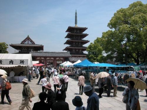 弘法大師の命日にちなんで、毎月21日に行われている四天王寺大師会(だいしえ)。<br />食べ物屋さん、骨董品、古着、アクセサリー、衣料品など、数百もの露店が並ぶ。<br /><br />よろしければ、四天王寺大師会(してんのうじだいしえ)<その2>[http://4travel.jp/traveler/marumi/album/10183734/]もご覧ください。