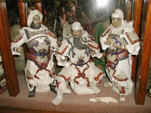 """広東省佛山市、中国では人物や動物の焼き物で有名な町です。<br />6月9日と11日の2回に分けて訪問しました。<br /><br />日本にも交流先があったり、世界焼き物フォーラムも開かれています。<br />特に赤い上薬仕上げの馬や、赤い甚平さんを羽織ったような鍾馗さんが有名。広州のホテルで、お土産品でもよく見掛けるあの焼き物。<br />今回は鍾馗像を中心に撮影して来ましたので、興味のある方は勿論、無い方も、「何やそれ・・どんなもんかいな?」と言う感じ<br />で見てってやって下さい。(^^;ゞ<br /><br />画像は三國演技で有名な""""桃園結義""""のシーンを焼き物であしらった『公仔』です。"""