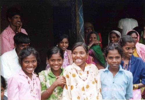学生NGOで夏休みにスタディーツアーで支援先施設を訪問した。<br />インド人も知らないような本当に田舎の田舎にある村々を支援している。<br />主に、インドの西をずっと北から南へ移動する形だった。<br />各施設を訪問し、そこに泊まりながら移動した。<br />デリーまで飛行機で行き、ボンベイから夜行列車でアーメダバードへ行く。そこから地震のあったカッチという地域へ行く。<br /><br />それはどこまでも湿地帯が続く所であった。稲が自然に湿地部分に生えてくる感じだった。さすがインド米の本拠地だと思った。<br /><br />思ったよりインドは日本の自然に似ていた。日本の自然を、もっともっと緑が生命力をもらって多く、強くした感じと言える。<br /><br />アーメダバードに戻り、様々な村へと移動した。<br /><br />その後、ケーララ州という、インドの最南の方にある州へ行った。<br />そこは、父がUAEで働いていた時、ケーララ州出身の人だけがとても真面目で日本人以上に勤勉といえるため、彼らを採用していたという経験から、とても行きたいところだった。<br /><br />運転手さんも、ケーララ出身のムスリムで、容姿がとっても良く、本当に良い男という感じだった。<br />本当に真面目を人にしたような人で、真面目さゆえの気遣いに時々かわいそうになるくらいだった。<br /><br />この州は、変わっていて、最も貧しい州なのにも関わらず、最も教育水準が高く、男女の識字率の差も最も少ないのだ。<br /><br />世界で稀な共産党が第一党の州として注目もされてきた。<br /><br />ケーララとは、ヤシという意味であり、この地域は、緑の濃いヤシの木がたくさん生え、河がたくさん流れ、船の交通が多い。島々もたくさんあり、本当に、遥かにヤシが生えていて最も貧しいとはいえ、風景としては豊かそうに見える。<br /><br />宗教紛争が絶えないインドの中で、ケーララ州のみ、どの宗教でも、マラヤーラム(ケーララ州の昔ながらの呼び名)の民としての仲間意識があり、祭りの時には、どの宗教コミュニティーでも、マラヤーラムの民という一体感で、共に祭りに参加するのだ。<br /><br />インドでは、普通、宗教ごとにコミュニティーが出来ていて、交わることはあまりない。<br /><br />本当に、インド人は信条によって、精神力で全身で常に生きていて、大人も子どもも全力で働き、生きていた。<br /><br />本当に、どんな時にも私を強めてくれるようになったインドに、感謝している。