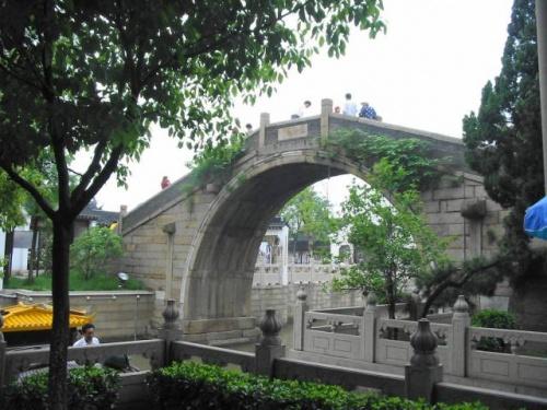 """2004年4月28日〜5月4日の7日間の日程で訪れた。一度は行ってみたかった中国。近くて遠い国中国。長い歴史と広大な土地をもつ中国。日本がもっとも古くからつながりをもつ国。個人的に複雑な思いを持つ国中国。<br /> 中国を代表する大都市北京、上海は近代化の波にのり毎日違った顔を見せてくれる。西安、広州、桂林など魅力的な都市は中国全土に広がる。偉大なる歴史的文化遺産、美麗な景色、なにをとってもそのスケールの大きさに驚かされる。またどこへ行ってもおいしい本場中国の味に舌鼓を打つことだろう。東西南北、中国への興味は尽きることがない。・・・が、一面恐ろしさを感じる中国だ。自然と歴史と文化遺産の大きさには感嘆させられるものが多かった。心情的にはまだ""""敷居""""の高い国であっただけに、構えてお伺いしたという感じであった。<br />出逢う人みんなではないが、友好的な態度ではなく決して気分のよいものではなかった。また時期的にメーデー休暇と重なっていたのか行楽地は全て満員すし詰めの状態で知見を得るための観光は出来なかったのが残念であった。<br />桂林の墨絵のような風景の中の4.5時間のクルーズがせめてもの救いであった。<br />"""