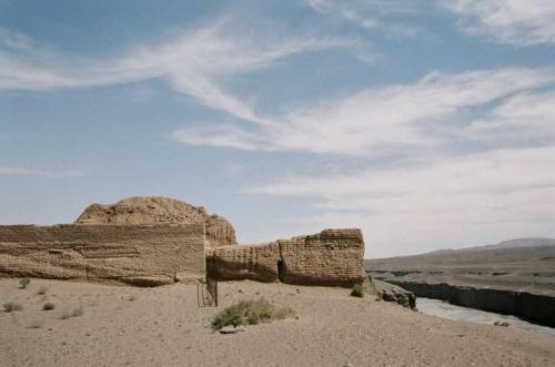 9日は酒泉、10日は嘉峪関を訪れた。<br />酒泉からは少し霞がかかっていたが祁連山をみることができた。<br />嘉峪関は思った以上に良い史跡だった。ここから祁連山を望めなかったのは残念だったが。ただ、嘉峪関から1キロ程の明代の万里の長城の最西端の第一敦(とん)を見られたのは収穫だった。