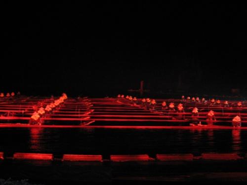 ◎「印象劉三姐」ショー概要:<br /><br />中国でもトップクラスの映画監督として知られる、張芸謀プロデュースの「印象劉三姐」ショーは、構想に5年5ヶ月を費やし、着工3年後の2004年3月20日、満を持して公開され、現在まですでに20万人以上の観客を動員している。<br />陽朔の美しい山水画の世界をそのまま自然の舞台とし、さらに伝説の歌手「劉三姐」の歌垣を融合させた大掛かりなショーの舞台は2キロにわたる漓江水域とその背景にある12の山で構成されている。<br />その自然の舞台に国内最大規模の照明技術、音響、演出効果を加え、さらにエキストラとして出演する600名ほどの地元の漁民、少数民族の娘たちが華を添える。 <br />演出のテーマは伝説の歌手「劉三姐」をメインとし、広西の少数民族風情、漓江の漁り火の風景などを組み合わせ人と自然の調和を表現している。<br /><br />◎公演時間:<br /><br />約60分、オンシーズンは1日に2回公演があるが、変更も多いので要確認。<br />20:00開演<br /><br />◎座席:<br /><br />ノーマルシート(1800席)、VIPシート(180席)、プレジデントシート(20席)<br />屋外劇場の座席は緑色の棚田に見立てられており、180度全景を見渡すことが可能。