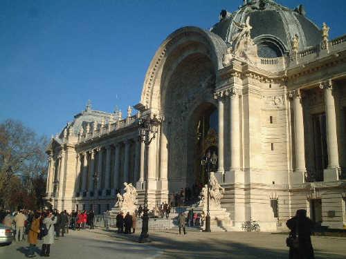 昨年12月10日、長年改修工事をしていたプティ・パレ Petit Palaisの工事が終了、一般に無料公開されました。<br /><br />プティ・パレ Petit Palaisは*グラン・パレ Grand Palaisの真向かいにあって同じく1900年パリ万博のときに建てられたものですが、1902年からは Palais des Beaux-Arts de la Ville de Parisとしてパリ市が管理をしています。<br /><br /><br />日曜日で、天気もよく、しかもメディアでかなり騒がれたのですごい人だろうなぁ〜と恐れながら・・・それでも行くことしました。<br /><br />待つこと約1時間、やっとの思いで入場。僕はとにかくこのパレの中庭が見たかったのでいきなり庭見物。その後かなりゆっくりと全館を回り満足でしたが、外に出たらまだまだ全然とぎれない長蛇にびっくり。