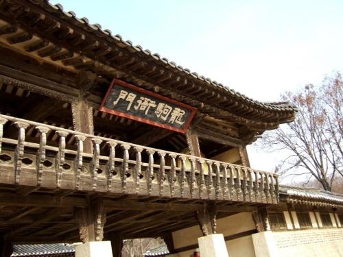 """この民俗村は、朝鮮王朝時代の生活様式、風俗習慣を復元したテーマパーク。歴史好きな人にはたまらんパーク。このパークはかなり広い。ゆるり周って半日はかかるそう。だけど、時間の都合で昼食時間を含み2時間くらいの滞在。後で知った、大長今が撮影された場所は自分らが見て周ったトコの反対側が圧倒的に多かったという事。確かに、ここ見たことある~ってトコ少なかったもんな。むむ、かなり残念だぞ。ガイドさんしっかりしてくださ~い。まぁ、今更なのだがな。だからか、殆ど写真が残ってないぞ~<br />大長今だけでなく、色んな大河ドラマが撮影されている場所みたいで、場所場所に説明書きがあった、が・ハングル表示じゃわかんね~!!<br />ちなみにこれは、""""茶母(チェオクの剣)""""でよぅく出てきた、""""左捕盗庁(チャポドチョン)""""ハ・ジウォンかっこよかった~キム・ミンジュン、モデル出身なだけにステキ☆だったわ。茶母はチャングムの誓いが終了したら、多分放映(地上波)されるであろうな。楽しみ~"""