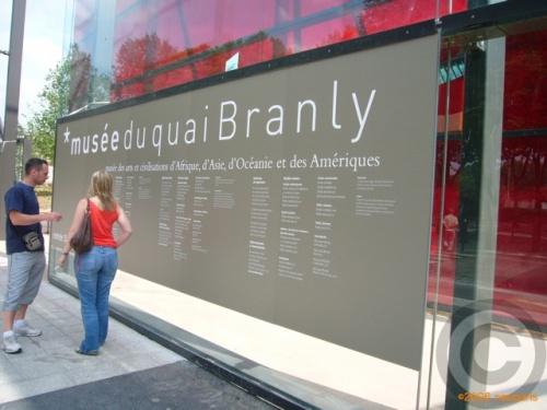 エッフェル塔の直ぐ近く、セーヌ川沿いQuai Branly にアフリカ、アジア、オセアニア、アメリカ大陸の美術・文化を集大成した国立美術館が今日からオープン・・・<br /><br />樹木が植えられた1,8ヘクタールの庭園も必見!<br />MUSEE DU QUAI BRANLY<br />55 QUAI BRANLY 75007 PARIS<br /><br />10時から18時30分(木曜日は22時まで、月曜日休館)<br /><br />建築を手がけたのは著名仏建築家ジャン・ヌヴェルJean Nouvel(1945年8月12日FumelLot-et-Garonneフランス生まれ)<br /><br /><br />彼が手がけた代表的建造物は・・・<br /><br />-アラブ世界研究所Institut du monde arabe (フランス・パリ)1981-1987<br /><br />-リヨン・オペラハウス\\\'Opéra de Lyon改修(フランス・リヨン)1986-1993<br /><br />-ギャルリー・ラファイエット・ベルリン店Galerie Lafayette à Berlin(ドイツ・ベルリン)1991-1995<br /><br />-カルティエ現代美術財団Fondation Cartier (フランス・パリ)1994<br /><br />-電通本社ビル(日本・東京汐留)1998<br />ルツェルン文化会議センターPalais de la culture et des congrès de Lucerne(スイス・ルツェルン)1999<br /><br />-ガゾメーターgazomètres(ガスタンク)改修プロジェクト(オーストリア・ウィーン)1999-2004<br /><br />-ソフィア王妃芸術センターmusée Reine Sophie新館(スペイン・マドリード)2001<br /><br />-トーレ・アグバールTorre Agbar (アグバール・タワー)(スペイン・バルセロナ)2001-2003<br /><br />-ホテル・サンジャームスHôtel Saint-James(Bouliacボルドーの近郊にある有名ホテルレストラン)1987-1989<br /><br />-Sainte-Marie教会をカルチャーセンターに改築Église Sainte-Marie de Sarlat(フランス・サルラ)2002<br />出典元:<br />ジャン・ヌーヴェル-出典: フリー百科事典『ウィキペディア(Wikipedia)』<br />http://fr.wikipedia.org/wiki/Jean_Nouvel(写真がご覧になれます)<br />オフィシャルサイト<br />http://www.quaibranly.fr/