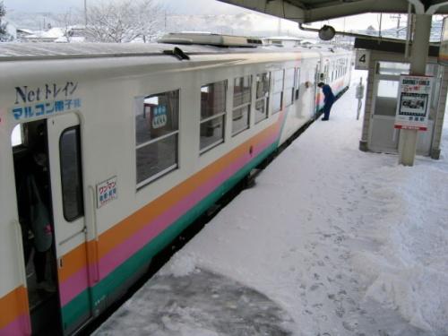 雪が降る山形を後にしておよそ30分、山形鉄道の始発、赤湯到着。夜の間に雪が降ったようですが、ここは雪が降っていません。跨線橋を渡ると、レールバスが待っていました。7時48分、赤湯出発。明日が大晦日というのに、高校生の姿が目立ちます。山形鉄道を含め、沿線が映画「スウィングガールズ」の舞台になっていたようで、撮影に使われた駅に映画のワンシーンの写真が展示してありました。山形鉄道本社がある長井到着。大学の卒業論文のテーマが第3セクター鉄道でしたたので、その当時、長井までは乗車しています。ここから先が未乗区間。どんなに走っても風景は変わりません。赤湯を出発して、およそ1時間、荒砥到着。駅周辺の様子を写真に納めて、すぐに折り返しました。<br /> 再び、赤湯駅に戻り、歩いて20分ほどのところの、赤湯温泉「えぼし湯」で冷えた体を温めました。また、かみのやま温泉でも温泉に入りました。