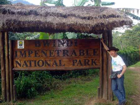 毎年野生動物を撮影しに世界各地に出かけてきましたが、今年は世界中でも数少ない野生ゴリラの保護区として注目されている、ウガンダのブウィンディ国立公園に行ってきました!<br />動物の写真については、小生のH.P.「アニマル・ワールド」で掲載中です。<br /><br />「アニマル・ワールド」<br />http://www.ab.auone-net.jp/~katsy<br /><br />ここでは、現地住民の暮らしなど、ゴリラ以外の写真を公開しています。<br />