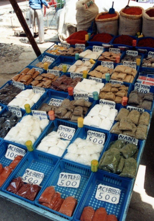 1990年のアンカラの市場風景です。20年近く前ですが、トルコは約100円相当のお金でメロンを2個買える「メロン天国」でした。
