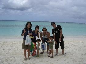 お友達家族と一緒にグアム旅行♪<br />激安ツアーで行ったためホテルは良くなかったけど<br />楽しい旅になりました(*^^)<br />3歳と2歳の子供も一緒だったのでホテル近くのビーチで<br />のんびり過ごすことが多かったです。<br />子供達が大きくなったらまた行きたいなぁ(*´∇`*)