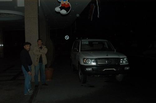現在、駐日タジキスタン大使館がないことからタシケントでビザを取得してからの入国となる。<br /><br />タジキスタン北部の都市Khojandへ陸路で入国し、そこから国内線(アントノフ)でドゥシャンベへ移動する予定だったが、タジキスタン航空を乗らない指示が出たことから、急遽、スケジュールを調整しタシケントから陸路でドゥシャンベへ移動した。約800キロ、サマルカンドを経由してTursuzade国境から入国、ウズベキスタンからタジキスタンへのトランジット車両に便乗したので、ウズベキスタン側の手続きでかなり待たされ、結局、朝7時にタシケントを出発してドゥシャンベには19時少し前に到着した。<br /><br />ホテル:Tajikistan Hotel USD50/night Inc.朝食<br />チェックアウトの際、登録フィーと称してUSD6相当を徴収される。<br /><br />写真はホテルの玄関前、午前7時、出発間際。運転手のHussanとドゥシャンベ在住のSasha。