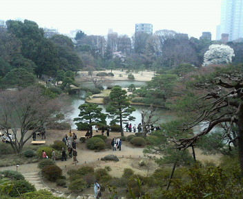 駒込の「六義園」へ行ってきました。<br />五代将軍・徳川綱吉の家臣、柳沢吉保が、<br />1702年に作った、日本庭園です。<br />