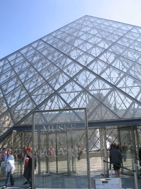 ローマの「天使と悪魔」を巡る旅に続いてパリへやってきました。<br />ダンブラウンの名作「ダ・ヴィンチ・コード」を巡る旅:パリ編です。<br /><br />小説のストーリーに沿って名所を紹介していきます。<br />パリだけなので、名所はそんなに多くはないですけど。。。<br />ルーブル美術館はじっくり6時間滞在してきました。<br /><br />今度は、フランス→イギリスというルートで巡ってみたいですね。<br /><br />※小説のネタバレがありますので要注意<br /><br />宿泊情報<br />1、2泊目:<br />Hotel Balmoral<br />http://www.balmoral-paris-hotel.com/hotel-balmoral-japanese/the-hotel-01.html<br />ツイン1泊99ユーロ(割引料金)。ホームページから予約。<br />ヨーロッパの雰囲気を感じられるホテル。良いホテルにお値打ちで泊まれたので、ついてました。