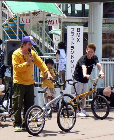 第3回伊豆サイクルフェスティバルを見に、修善寺にある自転車の国 サイクルスポーツセンターに行ってきました。<br />このイベントは国際自転車競技連合公認のナショナルステージレースツアー・オブ・ジャパン(国際自転車競技連合)公認のナショナルステージレースで、アジア最高ランクのステージの第6ステージ「伊豆ステージ」のゴールで開かれた一般向けのイベントです。<br />会場には模擬店が並び、自転車好きな家族連れで賑わっていました。<br />この日は朝から好天に恵まれて、一日初夏の日差しの中子供達と近場での楽しい休日を満喫できました。<br />先ずは、普段見ることのないBMXフラットランドショーと、ヒューマンビートボックスの様子です。