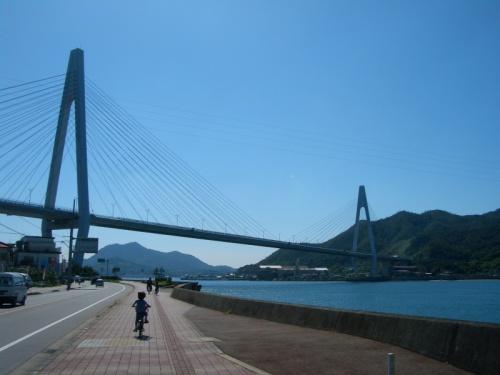 全長約76km、尾道から今治へ瀬戸内海に浮かぶ六つの島と六つの橋を自転車で渡る旅!<br />crosswordさんの旅行記を拝見し、しまなみ街道でのサイクリング、「気持ちよさそう~!」と思ったのがきっかけでした。<br />ちょうどそのころ子どもたちは自転車路上デビューし始めた頃。<br />いつか行くぞ~!と心に決める。<br /><br />暑い夏が過ぎ、サイクリングには最適な季節がやってきました~<br />いよいよこの企画を実行する時がやってきた。<br />どうせ行くなら完全走破したい・・<br />自転車で全長約76キロのコースは大人の私たちでも未知の世界。<br />せいぜい往復10キロほどの距離しか走ったことのない小学1年生の子供たち、果たして大丈夫なのか??<br />ゆっくり2日かければなんとか行けるのでは?と途中の島で1泊し2日かけての走破を計画。<br /><br />
