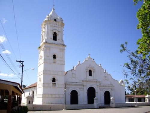 白い教会のある街。低層な建物が続く中、一つだけ大きな白い建物が広場とともにある。観光客が僕ら以外いないが、おかまいなく教会に入り見て歩く。が、鐘楼のある塔を何気なく登っていて、外が見える窓部分をみるとスズメバチの巣を発見!しかも、ブンブン飛んでいる。<br />かなり2人で凍りついたが、ソロリソロリと静かに引き返して事なきをえた。