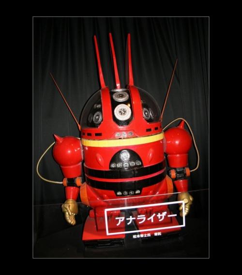 <呉市YAMATOミュージアム><br /><br />■「YAMATOミュージアム?」<br /><br /><展示室D未来へ Future Prospects> <br /> <br />「宇宙戦艦ヤマト」 ※画像修正2009.1.23<br /> 時空を超えた未来への希望を創造し続ける松本零士氏の世界などを通して紹介しています。<br /><br /> ●YAMATOミュージアム?は↓です。<br />  http://4travel.jp/traveler/godzilla/album/10202258/<br /> ●YAMATOミュージアム?は↓です。<br />  http://4travel.jp/traveler/godzilla/album/10202390/<br /><br />【手記】<br /> 呉の街は格別な想い出があります。<br /> 近きて遠きもの…男女の仲だけではなくて、すぐ傍の名勝・名跡もまさにその通り。<br /><br /> 先週同様、日曜日にも関わらずお昼までお勤めがありました。今回も午後からの出動と相成りました。まっ、いつものことですが・・。10/21からもう1ヶ月半近く'休みナシ'でなんとか生きています。おそらく今度のフル休日は1月2日になると思います。<br /> 2ヶ月半休みナシなんですねーェ。(神の声;おまえが好きでやっているんだろ! 返事;イエッサーッ)<br /><br /> ・・・と言うことで、少ない時間を使って、脳内気分転換作業?のためスーツ&ネクタイの勤務スタイル(^^;)のまま、紅葉本番の「縮景園」へ職場から直行しました。<br /> 縮景園散策後、呉市まで足を延ばして、ここ海事博物館「大和ミュージアム」を見学してきました。<br /><br />