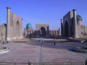 青い空を思い浮かべると、私の脳裏には鮮やかな青と土色の建物が織り成すウズべキスタンの光景が浮かんでくる。そしてその景色を背景に、その土地土地で出会った人々との出会いが思い出される。<br /><br /> ウズベキスタンは日本からは飛行機で約10時間、中央アジアのど真ん中に位置する、有数の世界遺産を持つ国。<br /><br /> 今回のウズベキスタンへの渡航は私の人生の中で2度目。1度目は今年の2月に仕事で訪れた。その時、生まれて初めて見るウズベキスタンの世界遺産と暖かい人々との交流にいたく感動し、夏期休暇を使って再度個人的に訪れることを決めたのだ。<br /><br /> 今回は、私がウズベキスタンを旅行した際に、特に心に残った出来事や人々との交流を中心に振り返ってみたいと思う。<br /><br />■これぞ商売魂?!ウズベキスタンのタクシードライバー<br /><br /> 10時間のフライトを経てタシケントの空港に到着し、外に出た時はまだ夜明け前であたりは真っ暗だった。海外からの観光客目当てのタクシードライバーたちが「タクシーは必要ないか?」と群がり、狭い出口を塞いでいた。「いらない、いらない」と半ば不機嫌にその群がりを振り切り、まっすぐ国内線の空港を目指す。<br /><br />「いらないってば!」と眉間にしわを寄せて突っぱねれば大抵の者は退散するのだが、今回は1人のおじさんが凝りもせずにくっついてきた。何を話しかけられても一切無視、がそれでも諦める気配も無く執拗についてくる。<br /><br />「お姉ちゃん、どこ行くの?タクシーは必要ないの?」と。あまりにもしつこいから「国内線に乗り換えるだけだから、何にも必要ない」とそっけなく答えた。「何時の飛行機?」と聞かれたので「7時。」と答え、また足早に歩き続けた。しかし「こんな早い時間じゃ、空港だって開いてないよ!」というおじさんの一言でさすがの私も足を止めた。するとおじさんはしめしめと思ったのか、流暢に(でも、ウズベク語なまりで)話しはじめた。<br /><br />「まだ出発までかなり時間があるじゃないか。こんなに寒い中、外に突っ立ってたら風邪をひいちゃうよ!まあ、あそこのカフェにでも入って、ゆっくり空港が開くのを待てばいいじゃないか。さ、荷物を運ぶのを手伝ってあげよう。」