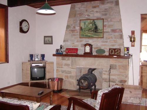 Blackwood Park Cottages<br />住所:445 Mersey Hill Road, Mole Creek, Tasmania 7304<br />URL: http://www.blackwoodparkcottages.com/<br />メール: cottages@blackwoodparkcottages.com<br />電話:03 6363 1208<br />FAX: 03 6363 1208<br />1泊1名: A$110、A$154<br />支払い: 現金、又は VISA、MASTERS<br /><br />広い広いお庭☆遠くに中央高原地帯の山々を眺める丘に素敵な素敵なコテージがあります。モールクリークにお泊りの際は、是非泊まってみてはどうでしょう?貸切り状態で自然を満喫できますよ☆<br />コロニアル・アコモデーション・ファンにはたまらないお宿です。<br /><br />静かに、静かに過ごしたい方・・・・<br />寛ぎたい方にピッタリだと思います☆<br />日本で急がしすぎる方って、かえってこういう宿もいいかも。<br />素敵な別荘を持ってる気分になれるはずです。