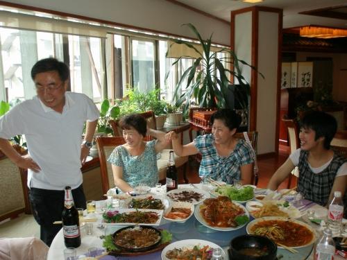 2008年07月06日(日)、延辺日本人会夏の懇親会が開催されました。今回の懇親会は送別会も兼ねておりましたが、とても楽しい心温まる会となりました。送られる家族も幸せそうで、感謝の気持ちでいっぱいでした。<br /><br />旅行記最後にお別れのメッセージがあります・・・<br /><br />延辺からのニュース↓は継続してます。<br />http://ryukeimi.jugem.jp/<br />