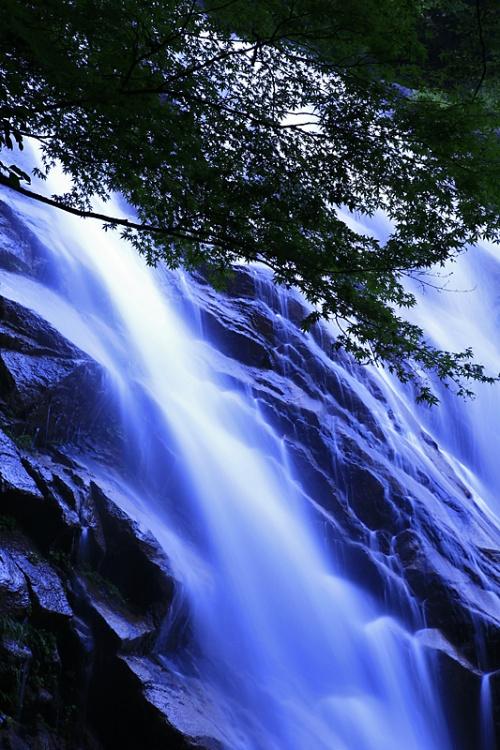 御在所岳の懐、岩肌が青く光るといわれる「蒼滝」 / 鈴鹿国定公園に在する、三滝川の源流。/こちらの東海自然歩道、御在所ロープウェイ、湯の山温泉にお越しの節はお立ち寄りください。/三重県三重郡菰野町菰野