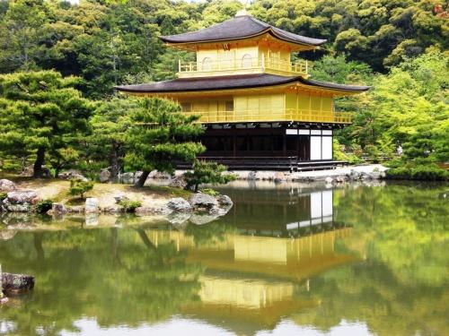 初めて夫婦で京都に行きました。<br />1泊2日という弾丸旅行ではありましたが、時間の許す限り世界遺産や文化遺産を観光しました。<br />京都滞在時間は約24時間程しかありませんでしたが、密度の濃い楽しい旅行となりました。<br />まだまだ魅力満載の京都、今度はゆっくりと観光したいです。