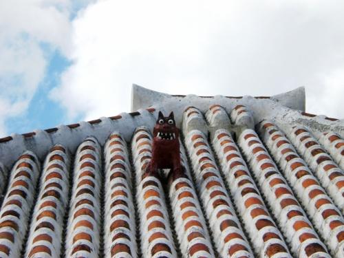 石垣島から高速船で10分程のところにある竹富島。<br />夫婦で初めて行きました。<br />水牛者に乗って島唄を聴いたり、手作りのサトウキビアイスを食べながら歩いたり、星の砂を見つけたりと、最終日の午前中2時間ほどの滞在ではありましたが、ゆったりと過ごす事が出来ました☆
