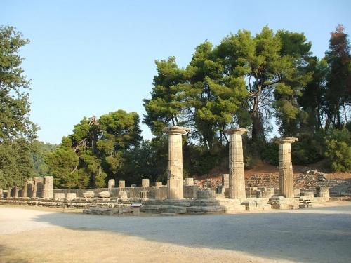 午前中にオリンピック発祥の地「オリンピアの遺跡(世界遺産)」を見学し、その後、バスでペロポネソス半島の山岳地帯を横断してミケーネへ。昼食後、ミケーネ遺跡(世界遺産)を見学し、コリントス運河を越えてアテネへもどる。<br /><br />写真:オリンピアのヘラ神殿。オリンピックの聖火はこの神殿の前で採火される。<br /><br />私のホームページ『第二の人生を豊かに―ライター舟橋栄二のホームページ―』に旅行記多数あり。<br />http://www.e-funahashi.jp/<br /><br /><br />