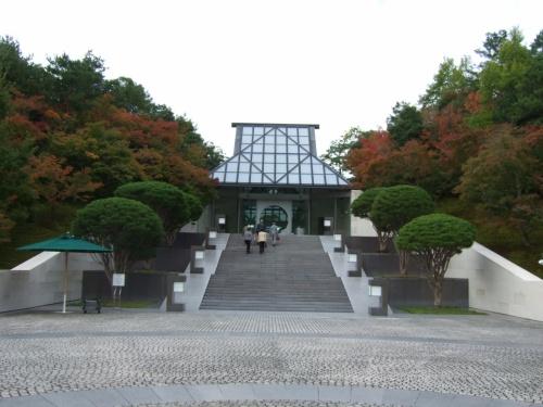 前から行きたかった滋賀県の信楽の山中にある MIHO MUSEUM/ミホ美術館に行って来ました。JR石山駅からミホミュージアム行きのバスで50分。くねくねと山の中に入って行き目の前がさっと開けて広くなったら到着です。結構遠いです。この美術館は、パリのルーブル美術館のグラン ピラミッドを建築設計したI・M.ペイ氏の設計でガラスの屋根からの光が明るく開放的でとてもすばらしい建物でした。コンセプトは桃源郷。広いレセプション棟からトンネルを通り橋を渡って美術館棟に行きます。その道500メートル。7人乗りの電気自動車で連れて行ってくれますが、歩いてもとても気持ちのいいものでした。欧米人率高しです。 <br />