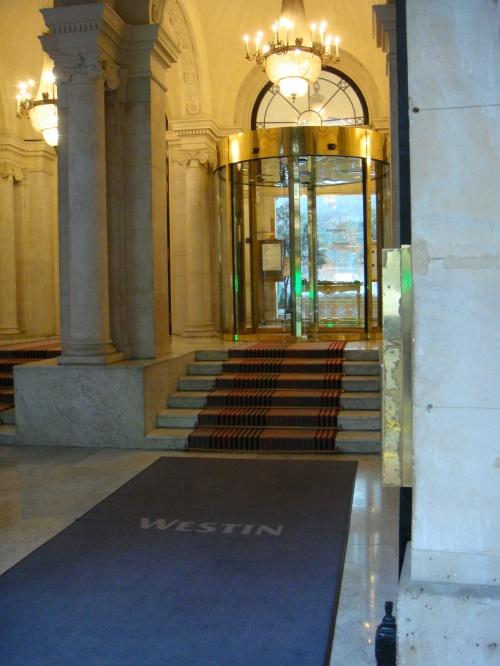 旅行中にお世話になったThe Westin Hotel Paris.<br /><br />ヴァンドーム広場とチュイルリー広場の間にあり、ショッピングにも観光にも便利な立地です。<br /><br />日本の最高級ホテルのような、繊細なサービスは期待できないけれど、フランスの中にいて、お姫様気分を感じられる、素敵なホテルでした。<br /><br />そのうえ、犬同伴宿泊OKなのです。<br />さすがに、ふかふかの絨毯を敷かれたロビーを一緒に歩くのは気が引けましたが、客室では、愛犬Laniも大喜びで過ごしていました。<br /><br />動線に従って並べてみました。<br /><br />・The Westin Hotel Paris<br />http://www.starwoodhotels.com/westin/property/overview/index.html?propertyID=1729<br />