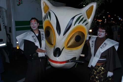 大晦日の夜から元旦にかけての年越しイベントがある事を4トラベラーmomoyukiさんの旅行記で知り、<br />いつか行きたいと思ってたところ、今年の大晦日は例年に無く暖かだったので行って来ました。<br /><br />北区、王子稲荷には江戸時代より前の昔から、毎年大晦日に狐たちが集まり装束を整えて、<br />王子稲荷にお参りしという狐伝説があり、その狐の仮装行列が商店街の人たちによって毎年再現されてます。<br /><br />王子・狐の行列公式HP:<br />http://ouji-kitsune.jp/