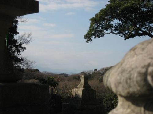 お正月の箱根駅伝も終わった4日、大船に住む知人宅へ行くことになり、折角と思い、円覚寺、建長寺へ行ってみました。<br />横浜から横須賀線で北鎌倉まで行き、駅からすぐの円覚寺へ。<br />そこでお話したお坊さんが、今朝富士山が綺麗に見えましたということで、早速行ってみることにしました。<br />名月院から坂道を上ること20分程で、天園ハイキングコースへ。このまま歩いて瑞泉寺方面に行けるのですが、時間がなかったので、建長寺と下りることにしました。建長寺から見た富士山も、お昼近くになると少し霞んでいましたが、初富士を眺めることが出来て満足でした。写真では、よく見えないと思いますが。<br /><br /><br /><br />