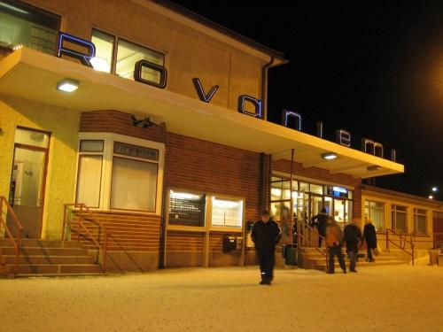 【12月31日】<br />サンタクロースエクスプレスは予定通り8時ちょっと前にロヴァニエミに到着。予想通り完全に真っ暗!夜のようです。でもオレンジ色の駅の灯りに雪がうつしだされてきれいです。<br /><br />タクシーで宿に行き荷物を置かせてもらい、いくら暗くても宿に残っていては迷惑なので、がっつり厚着をして町にでた・・・ものの夜中?というぐらいの人通りのなさに寂しさがつのります。<br />とりあえずロヴァニエミに来たら!ということでマックに行ったところ開店前・・・そうこうしている間に雪がひどく降り始めたので、とりあえずショッピングセンターに避難です。スーパーだけやっていたので、おいしそうなものを探して時間つぶし。<br /><br />9時すぎぐらいにようやく町が明るくなってきて、どこからともなく人通りも活発になって、あぁ人がたくさんいてよかった!!ほっとします。<br />雪もやみ空も明るくなったのでオウナス川に行ってみたけれど、川はほとんど凍結しておらず、ちょっと残念。<br />やることがないので再びスーパーに戻り、今日(大晦日)から2日分の食料とお酒を大量購入します。5人分だとかなりの量になりました。<br /><br />12時すぎに、イナリからバスに乗って5人目の友人が到着したので宿で待ち合わせてサンタクロース村へ。<br />着いたときは天気はくもりだったのですが、サンタさんとの面会を待っている間に(1時間弱)、外は吹雪に!!歩くのも大変な状態で、そそくさと宿に帰りました。<br /><br />雪は降り続きオーロラはだめな模様。夜ごはん後に気を取り直して花火を見に行ったけれど、そこら中で適当に打ち上げているのである意味怖いぐらいです。結局カウントダウンは部屋でテレビを見ながら。<br />ヘルシンキの元老院広場に特設ステージがあり、大きなカウントダウンイベントをやっていました。フィンランド語スウェーデン語英語ごちゃまぜのカウントダウン。打ち上げ花火の量も当然ロヴァニエミとは比較にならず盛大に打ちあがっていました。<br /><br /><br />【1月1日】<br />のんびりと11時過ぎに出かけたら、雲1つない青空でちょっと損をした気分になります。もったいなかったかな。Tourist Information前にある温度計が−13℃でびっくり!晴れると放射冷却で寒くなるのでしょうか・・・。<br />川のほとりまで出かけたら、なんとタイミングの良いところに初日の出があがっていて、感動です。<br />太陽はほとんど動きませんが、たぶん微妙な動きの変化に伴い、空の色がどんどん変わるのでその場から動けなくなってしまい、あれはダメだと、友人たちにおいて行かれました。<br />マックにて合流。元旦で他にあいてるお店が少ないからか、大混雑でした。<br /><br />明日仕事始めの為帰国しなければならない在仏の友人をエアポートバスでお見送りし、さて、とても寒いけれど天気が良いのでここはがんばってオウナスヴァーラへのぼることに。雪道をスカイホテルまで1時間ぐらい。スカイホテル屋上からは絶景です☆やっぱりロヴァニエミまで来たら、必ず行くべき場所と思います。<br />真っ暗になる前に下りようと下山を開始したものの、またフラフラしていたら同行者はみな視界の外へ。しかも車道の両側になんとなく平行した歩道がありそこを歩くのですが、行きとは逆側の歩道を歩いていたら車道からどんどん離れていって全く知らない場所へと道が向かっています・・・みんな何処行ったのーーー!?幸か不幸か携帯の電波が入ったので、電話で助けを求めことなきを得ましたが・・油断大敵です。<br /><br />快晴なので夜はオーロラ探しへ。<br />宿を出た瞬間に雲っぽい白いオーロラが確認できたのでこれは!!と思い、河川敷をアルクティクムのところまで歩きました。地平線ぎりぎりのちょっと遠くにいくつか確認できましたがあまり近づいては来ず、色も薄めで白っぽいものでした。でもオーロラ圏2泊でこれがオーロラだとわかるものが見れてよかったです。<br /><br /><br />