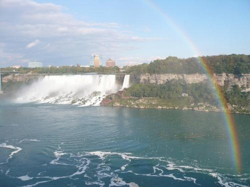2008年の10月4日〜10月6日にかけて、ナイアガラ・フォールズ、ナイアガラオンザレイクに行ってきました。<br /> ナイアガラの滝は地球の歩き方に書いてあったように、テーブル・ロックでまずは横から滝を眺めて、次にスカイロン・タワーで上から眺め、ジャーニー・ビハインド・ザ・フォールズで裏から眺め、霧の乙女号で間近から眺めました。写真は横からみたアメリカ滝です。<br /> 宿泊場所はMarriott Niagara Falls Fallsview(マリオット・ナイアガラ・フォールズビュー)です。Fallsviewで部屋を予約していたため、ライトアップを眺めることができてよかったです。ただ、ナイアガラは観光地だけあって駐車場が高いです。こちらのホテルは$20@一泊とかなり厳しい値段設定でした。<br />