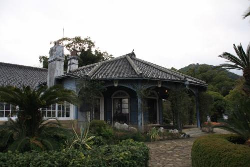 長崎に訪れることが決まって真っ先に行ってみたい場所が大浦天主堂とこのグラバー邸でした。<br />長崎港を見下ろす南山手の丘の上に建つグラバー邸は、1863年に建築された日本最古の木造西洋建築物。<br />コロニアル様式の正面玄関を設けないクローバー型の建物で、グラバー自から設計したものを、大浦天主堂を造った棟梁の小山秀乃進が施工したものといわれています。<br />