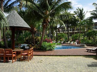 2007年のGW、南台湾の墾丁国家公園内にあるシーザーパークホテル(墾丁凱撒大飯店)でのんびりビーチリゾートしてきました。<br />日本国内ではあまり著名ではないこのエリアですが、台湾屈指のビーチリゾートとして台湾国内では多くの方が訪れるそうです。<br />私は中部国際空港から(成田発がとれなかったもので)高雄へ飛び、高雄空港から路線バスで2時間半かけて行きました(ツアーではなく、個人手配です)。<br /><br />しばらく前のことなので、記憶が定かではない部分もありますが、ご容赦ください。ではでは、スタートです。