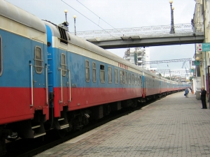 1.シベリアとシベリア鉄道<br /> 旅行記に入る前に、シベリアについて説明しよう。<br /><br /> シベリアとはユーラシア大陸の北部で、西はバルト海から東はオホーツク海までの広大な地域で、南部のアンガラ川流域のアンガラ楯状地は世界で最初に陸地化したところである。<br /><br /> また、シベリアは南から北へステップ(大平原帯)、沼地、タイガ(針葉樹林帯)、ツンドラ(凍土帯)に分けられ、シベリア鉄道は西部は沼地を通り、中央部と東部はタイガを通る。タイガには針葉樹が密生し、虎、黒熊、シベリアシカ、キツネ、テンなどが生息している。<br /><br /> ほぼ中央の大陸断層で形成されたバイカル湖は淡水で生息する生態系の宝庫である。<br /><br /> 西にチュメニ油田、クズネツ炭田、中央にヤクーチア天然ガス田、ヤクート原料炭田、東にサハリン大陸棚探鉱があり、豊かな天然資源に恵まれている。<br /><br /> 19世紀半ばに、アメリカ大陸で大西洋側と太平洋側をつなぐ横断鉄道が建設されたことが、シベリア大陸にもバルト海側から太平洋側へ鉄道をつなぐ構想を生んだ。しかしプロシャなどが勢力拡大に虎視眈々と睨んでいた時代であり、当時の欧米のレールの幅が標準軌(1,435mm)に統一されつつあるのに反して、ロシアは敢えて広軌(1,524mm)を採用して、ユーラシア大陸の北方に独自の鉄道圏を形成して行くことになったのである。<br /><br /> シベリア鉄道全長9,300kmは1916年完成し、現在はハバロフスク近くのアムール川の橋梁(2,658km)を除いて全線複線であり、また全線電化されている。<br /><br /> 現在、ロシアの鉄道はアメリカについで世界で第2位の貨物輸送実績をもち、長大編成の貨物列車、そして「ロシア号」に代表される長距離列車が連日運行している。<br /><br />