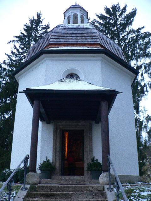きよしこの夜が作曲されたというオーベルンドルフ村のきよしこの夜礼拝堂(Stille-Nacht-Gedaechtnis-kapelle)です。ザルツブルグの北20kmくらいにあります。