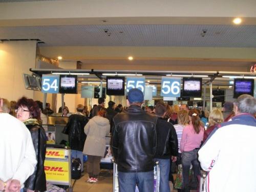昨年12月14日以降、日本航空でモスクワにいらっしゃるお客様は、シェレメチェボ国際空港ではなく、ドモジェドボ国際空港に到着することになりました。現在のモスクワの空港事情はどうなっているのでしょうか。<br /><br /> モスクワの最初の空港(飛行場)は、1910年にモスクワ北西のホディンスコエ野原に開設されました。フルンゼ名称中央空港といい、1922年からロシア史上初めて、モスクワ〜ケーニヒスベルク(現カリーニングラード)〜ベルリンという国際便が飛び、1931年にエアターミナルも開設されました。<br /><br />モスクワの地下鉄に今でも「アエロポルト(=空港)」という駅が存在しています。この駅は1938年に完成しましたが、今と違って空港まで地下鉄で直接行けたのはとても不思議な感じがします。<br /><br /> 第二次世界大戦の頃、フルンゼ名称空港はオーバーロードになってしまったので、1941年に新しくヴヌコヴォ空港、続いて、1959年にシェレメチェボ空港、1965年にドモジェドボ空港が開設されました。1960年、国際ターミナルはヴヌコヴォ空港からシェレメチェボ空港へ移されました。<br /><br />1964年に第1ターミナル、そして1980年のモスクワオリンピックのときに第2ターミナルがつくられました。第2ターミナルは現在多くの国際線が発着しています。1970年代以降シェレメチェボ空港はソ連の最大空港に成長しました。<br /><br /> しかし1990年代以降、モスクワ市内からシェレメチェボ空港へのアクセスが悪く、市内からの唯一の道路であるレニングラード街道はいつも渋滞していました。一方、1992年から国際空港のステータスをもっているドモジェドボ空港まではタクシーでも行けますし、モスクワ中心部にあるパヴェレツキー鉄道駅から「アエロエクスプレス」という特急を利用すると50分でアクセスできます。<br /><br />というわけで、最近はドモジェドボ空港の方が発展してきたように思います。2001年からブリティッシュ・エアウェイズ、オーストリア航空などは、発着空港をシェレメチェボからドモジェドボ空港へ移しました。最初にご紹介したように、昨年末、JALもドモジェドボ空港発着になりました。<br /><br /> でもこれからはアエロフロートをご利用いただくお客様も今までのように渋滞やアクセスの悪さに悩むことがなくなると思います。近く、モスクワ市内のべラルスキー駅からシェレメチェボ空港行きの特急列車が走ることになっています。<br /><br />また、古くなってきた第2ターミナルの修復も進み、新しい第3ターミナルの開設も間近とのことですよ。2009年には、モスクワシティという現在建設中のビジネス特区に、モスクワの3つの国際空港行き特急列車ターミナルも完成する見込みです。観光客やビジネス客にとっても便利になりそうです。