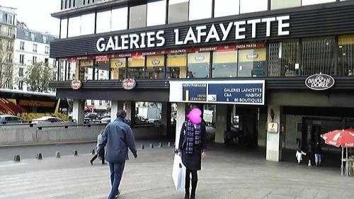 娘と二人、気紛れ、パリ、チンタラ観光。<br /><br />寒いと言って、マフラーを買わされ、<br />靴が壊れたと言って、ブーツを買わされ、<br />父親の受難は、果てし無し。<br />されど、最後まで、モンパルナスで、<br />ギャラリーラファイエットの本店はここと、<br />言い通し、壊滅的被害回避。<br />謀略、無限なり。。。<br /><br />そもそもは、、、<br />会社の30年勤続休暇、1週間獲得。ヤッターゼー。<br />如何しよう???<br />散々迷い、華の都、パリ突撃に決定。<br />安いパッケージを探すうちに、直行便は無くなり、<br />みんな売り切れ。<br />あれあれ、さすが、シルバーウィーク直前。<br />止む無く、JTBの言いなり。<br />されど、最後の抵抗の一言。<br />もっと安く。<br />結局、ホテルをランクダウン。<br />モンパルナスコンコルドに決定で、5万円ゲット。<br />ヤッター???<br /><br />さてさて、準備準備。<br />近所の丸善へ突撃。<br />お気に入りの、地球の歩き方。他、一冊を購入。<br />読んでヨンデー、読み疲れて、ビール。<br />おーモナリザー、オーシャンゼリゼ。<br />テンション、急上昇。<br />JTBからのパンフレット到着。<br />おー、三ツ星ーーー。<br />早速、オーダー。ムーリス、ルドワイヤン。<br />ムーリス、ゲット、予約確定。<br />ルドワイヤン空振り。<br />どれにしようか?<br />ネットで調査開始。<br />オー、ビックリ。<br />パンフレット2星のブリストルが最新3星。<br />突撃、オーダー、ゲット、予約確定。<br />それにしても、いい加減、JTBパンフレット。<br />ブリストルがパレスホテルのメインダイニングと誤表示。<br />超うるさ型説教親父はモーレツ苦情。<br />と同時に、更に突撃!!!<br />ムーランルージュ。観るぞ、フレンチカンカン!!!<br />これで、6夜中、3夜確定。<br /><br />後は、でたとこ勝負!いざ、突撃!!!