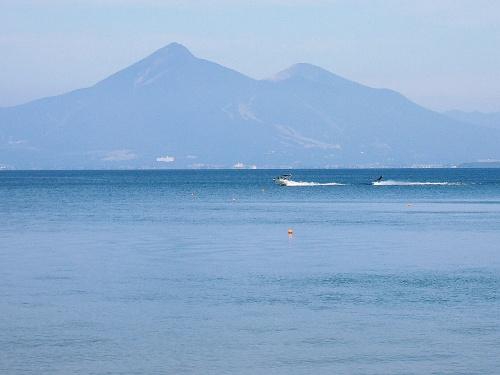 猪苗代湖畔をドライブ、湖畔の宿「レークサイドホテルみなとや」に泊まりました。<br /> あちこちから磐梯山が綺麗に見えていました。