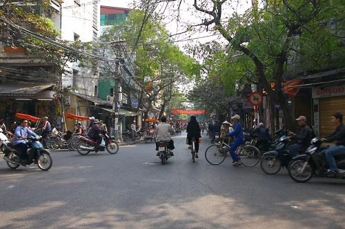 ホーチミンよりもベトナムらしさの色濃く残るハノイ。<br />ずっと憧れていました。<br />観光名所よりも、雑踏の中を歩くのが好き。<br />懐かしいような、アジアならではの雰囲気を堪能するのが<br />今回の旅の目的です。<br />もちろん、世界遺産のハロン湾も外せません。