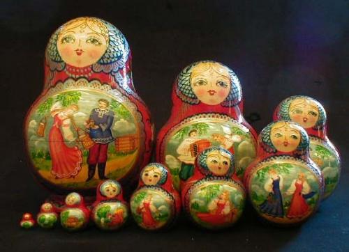 """ロシアに興味のある方はもちろん、マトリョーシカのこともよくご存知だと思います。最近ではロシアについて特に興味がない方にもマトリョーシカについてはよく知られるようになってきました。マトリョーシカ(Матрёшка)はロシアの伝統的な木の玩具です。現在ではマトリョーシカは疑いなくロシアの象徴となっています。<br /><br /> しかし実はマトリョーシカの歴史はそんなに長くありません。最初のマトリョーシカは1890年代に作られました。しかし、そのアイデアがどこから来たのかは未だ不明です。マトリョーシカが生まれた経緯については2つの説があります。<br /><br /><その1><br /><br /> 19世紀末にロシアにマーモントフという有名な家族がいました。その家族のアナトーリー・マーモントフが日本を旅行した際、こけしに出会いました。マーモントフはこけしを大変気に入り、ロシアへ持ち帰りました。<br /><br />帰国後、こけしをマリューチンという画家に見せ、似たような感じのロシアの玩具を作るようにお願いしたのです。マーモントフ家が所有していた「子供の教育」という研究室の工房で、ズビョーズドチキンという""""ろくろ""""工は白木の型をつくり、マリューチンがそれに絵を描いた結果、最初のマトリョーシカが誕生したということです。<br /><br /><その2><br /><br /> ロシアでは以前から物入れの玩具が流行っていました。その中に、イースターエッグがありました。3個入り、5個入りのイースターエッグがよく作られていたそうです。そのエッグの作り方を真似して、ズビョーズドチキンとマリューチンはマトリョーシカを作ったということです。<br /><br /> 上記の説のどちらが本当なのか誰も知りません。ただそれは別にして、日本とロシアには似たような木の玩具が存在していることは確かです。<br /><br /> 沼田元氣さんのマトリョーシカツアーはJIC旅行センターで手配し、10月の中旬に催行されました。ロシア歴史博物館、マトリョーシカ博物館、セルギエフ・パッサート市立玩具博物館に、沼田さんは日露友好の大使として、自分のこけしコレクションを贈呈しました。ロシアのマトリョーシカ作家は、日本のこけしに大変高い関心を寄せています。来年あたり、ロシア人の「こけしツアー」が実現するかもしれません。<br /><br />http://www.jic-web.co.jp/study/jclub/info.html<br />"""