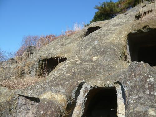 前日の雨もあがり、いいお天気になったので、近場までツーリングに行ってきました。<br /><br />栃木県足利市と迷ったのですが、埼玉県民歴およそ20年なのにまだ見たことがなかった県内の遺跡、吉見百穴を見に、吉見町に行ってきました。<br /><br />他にも松山城址と吉見観音(安楽寺)も回ってきました。<br /><br />エリア設定に「吉見」という選択肢がなかったので東松山で登録です。まぁ、近いけどさぁ。