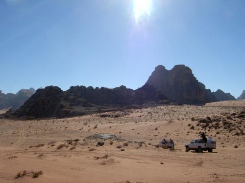 映画『アラビアのロレンス』の舞台として有名なワディ・ラムにやってきました。人っ子一人いない荒涼とした砂漠…のようではありますが、この地に住むベドウィンに飼われているラクダやハトがうろうろしていたりして、3〜4時間の4WDドライブをのんびり楽しむことができます。古代にナバテア人が住み、神殿を築いていた場所でもあるのです。<br />
